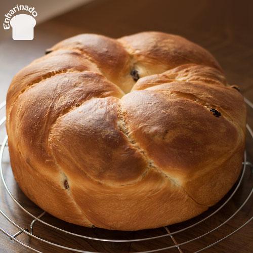 Pan dulce trenzado tipo brioche en molde
